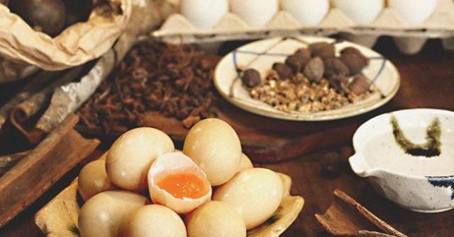 Cách làm trứng muối cho vào nhân bánh Trung thu tuyệt ngon của U40 Sài Gòn