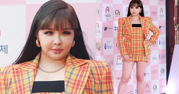 """Hơn 1 năm rồi vẫn để Park Bom mắc lại lỗi trang phục """"chí mạng"""" và thậm chí là trầm trọng hơn xưa, bộ stylist đang đình công hay gì??"""