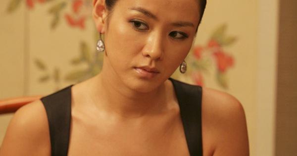 """Quen với hình tượng trong veo thánh thiện của Son Ye Jin, ít ai biết cô từng thử style """"bà trùm"""" hắc ám mà vẫn """"nuột"""" cực kỳ"""