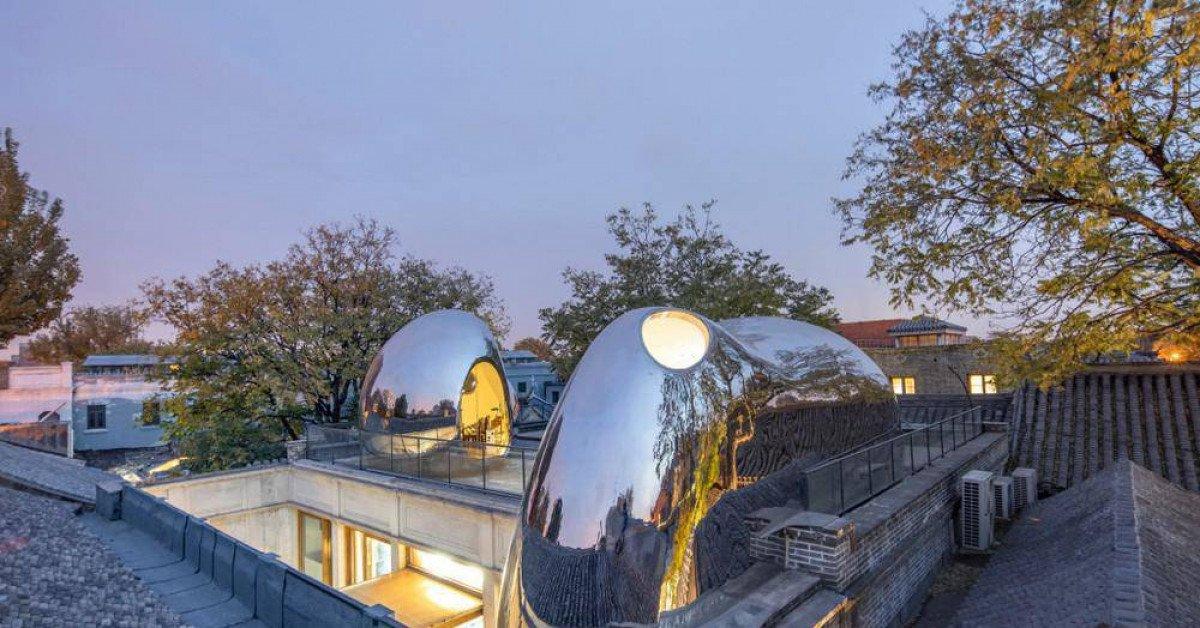 """Nhà mái hình """"bong bóng"""" bằng thép không gỉ nổi bật trong khu phố cổ"""