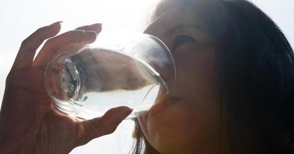 4 biểu hiện khi uống nước cho thấy sức khỏe của bạn đang có vấn đề, nếu không có thì chứng tỏ bạn vẫn rất khỏe mạnh