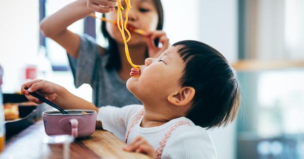Thức ăn rơi xuống đất, nhanh tay nhặt lên ăn theo Quy tắc 5 giây có an toàn? Đây là câu trả lời của chuyên gia