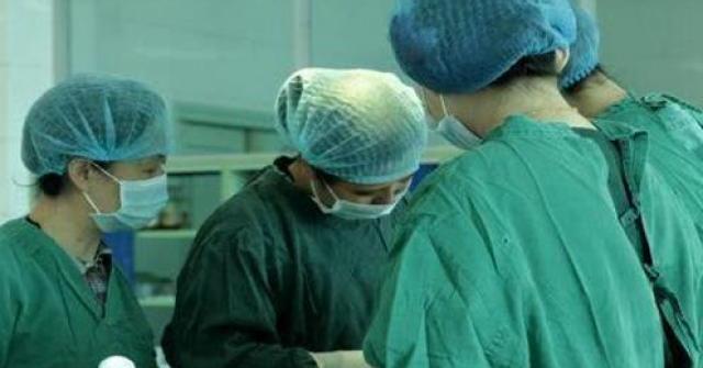Xem sổ khám, bác sĩ đẩy vội mẹ bầu vào phòng mổ, suýt ngất khi rạch tử cung ra