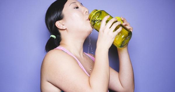 Uống nước nhiều quá cũng không tốt: Những nhóm người nào không nên uống nhiều nước?