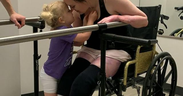 Vỡ òa khi mang bầu lần 2, mẹ không ngờ đẻ xong mình thành người khuyết tật