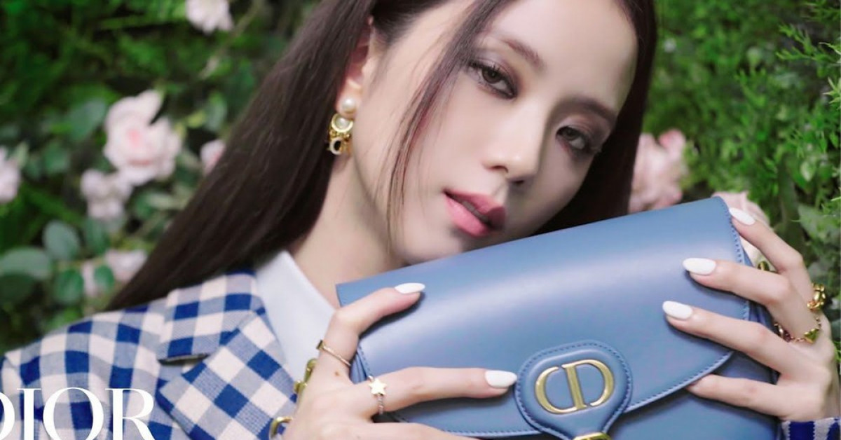 """Không hổ danh """"idol xinh như Hoa hậu"""", Jisoo cứ trang điểm mắt khói lại đẹp hút hồn"""