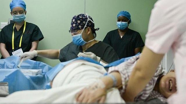 Mẹ bầu đi đẻ lén nhét mảnh giấy vào tay bác sĩ, mở ra đọc ai cũng thở dài