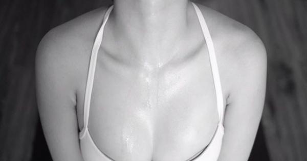Trốn dịch, Bảo Anh tập yoga tại nhà và body siêu quyến rũ của cô mới gây chú ý nhất